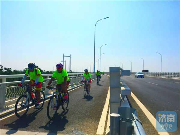 一支济南骑行团骑上齐河黄河大桥非机动车道,挺进齐河城区。