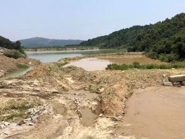 采石矿区附近的东升水库被淤塞。