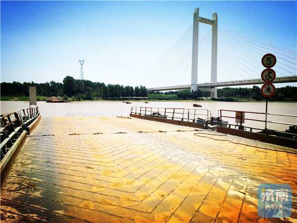 站在已拆除的北店子浮桥断桥上,上游是已经通车的齐河黄河大桥。