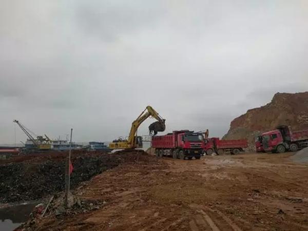 都昌县紧急调来大型机械,挖掘清理鄱阳湖矶山生活垃圾非法填埋点里的垃圾。 本文图片 生态环境部微信公众号