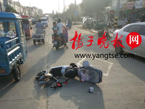 赣榆执法队员路遇车祸合力救人