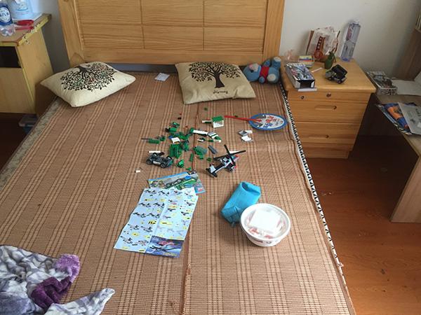 小智的房间,床上摆着玩具。澎湃新闻记者 李佳蔚 摄