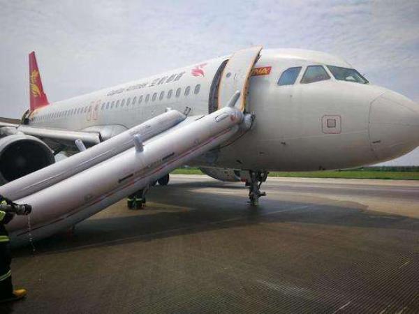 首航飞澳门航班备降事件5人轻伤 起落架2个轮胎缺失