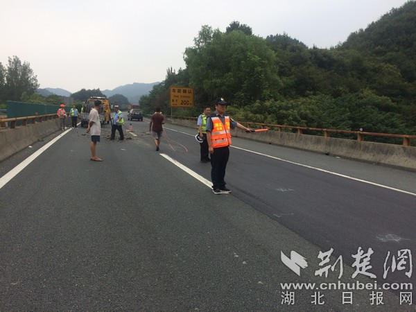 """福银高速湖北段发生车祸 货车追尾半挂车""""面目全非"""""""