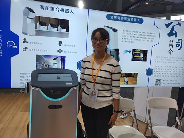 上海立明智能科技和上海大学联合开发的酒店引领搬运机器人。 澎湃新闻记者 周航 摄