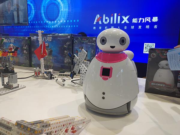 """上海未来伙伴机器人有限公司针对幼儿开发的类似""""大白""""造型的机器人奥科流思。澎湃新闻记者 周航 摄"""