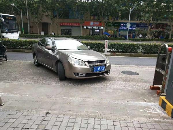 浦东云台大厦门前绿化带堵路 小区车辆进出难