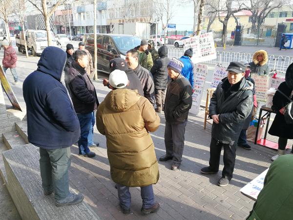 """哈尔滨市人才市场附近的抚顺街,每天有上百名农民工在这里等""""力工活""""。刘振华等人曾来这里""""招募""""了不少工人。澎湃新闻记者 朱远祥 图"""