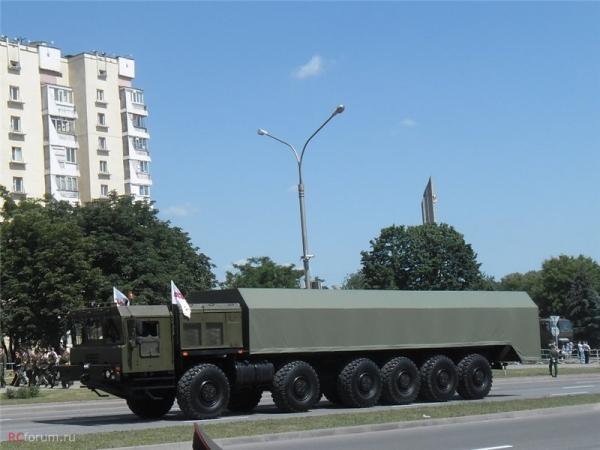 此前白俄罗斯在阅兵式上展示的明斯克车辆厂为Rs-26导弹开发的MZKT-27291型12*12导弹发射车