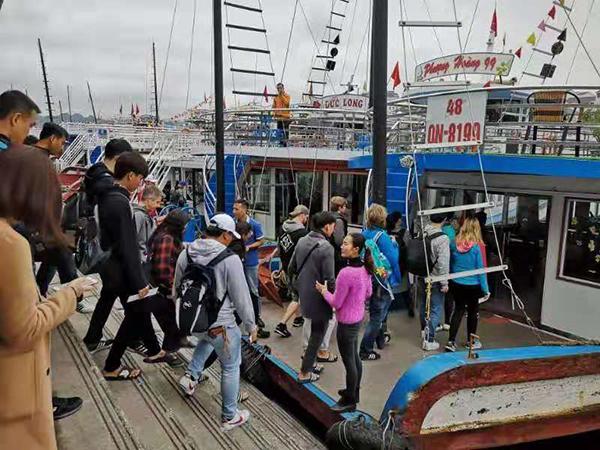 遊船服務員蘭正在迎接遊客上船。澎湃新聞記者 李佩 辛恩波 攝