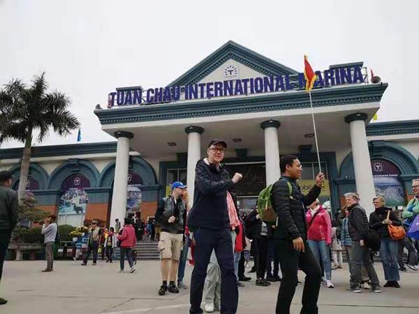 下龍灣景區遊客中心外遊客衆多。澎湃新聞記者 李佩 辛恩波 攝