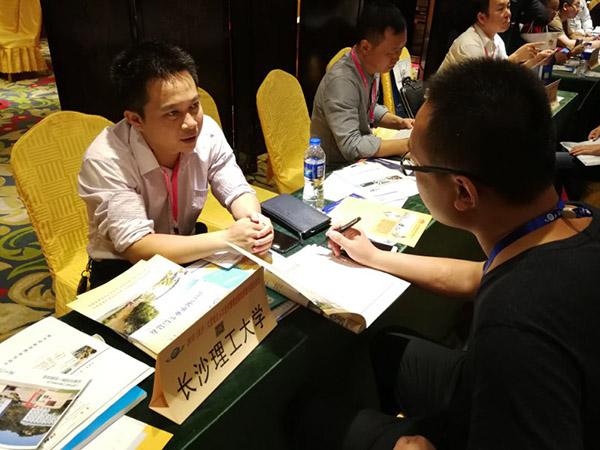 """高校辅导员被称""""名片哥"""":为助学生就业收集三千张企业名片"""