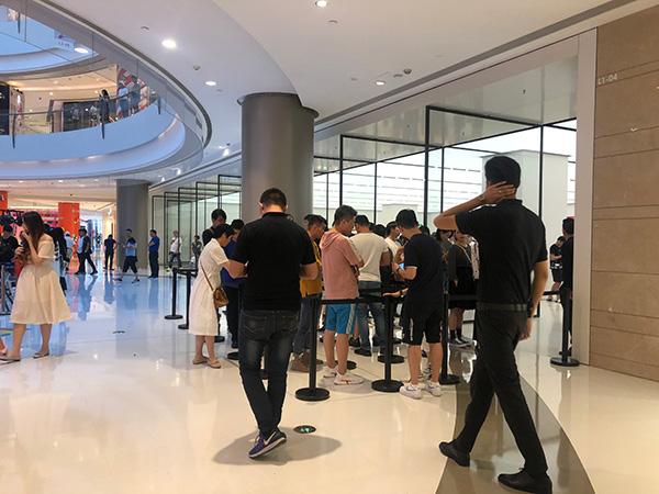 苹果五角场Apple Store零售店,正在排队提货的顾客们