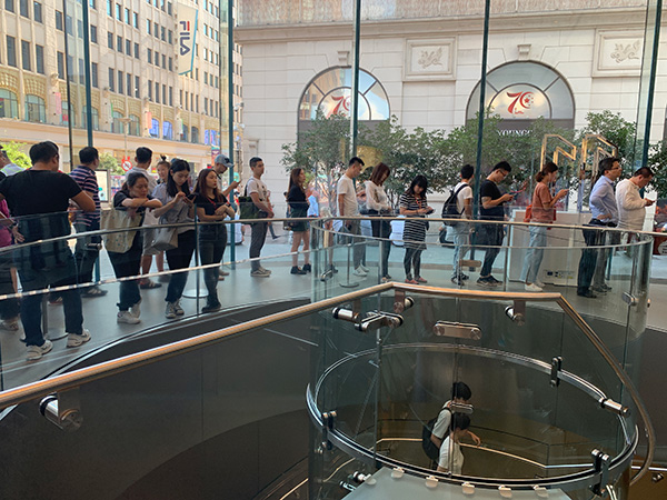 苹果南京东路Apple Store ,预定后来取机器的顾客