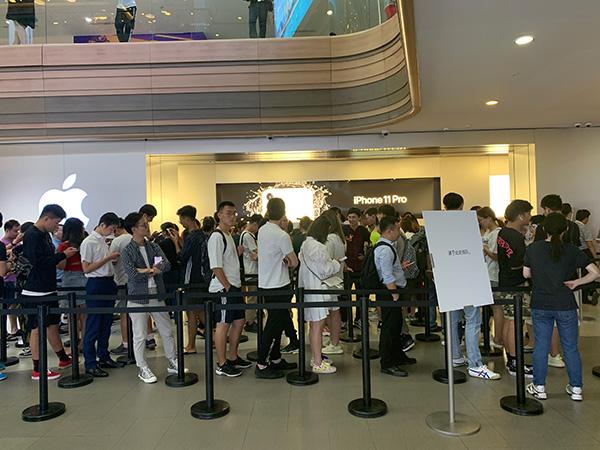 苹果南京东路Apple Store,排队现场预约购买的顾客