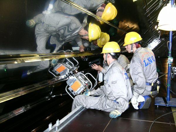 材料图片:中国船舶产业团体公司施工职员正在年夜型LNG船液货舱停止殷瓦钢焊接操纵。(新华社)