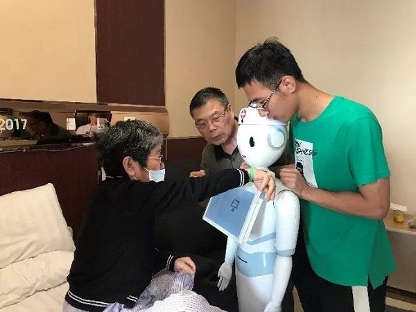 """""""医疗+金融""""合作创新 沪上首个智慧住院床旁服务机器人""""上岗"""""""