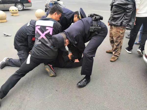"""路见警察执法遭拒  常州天宁城管队员助""""一臂之力"""""""