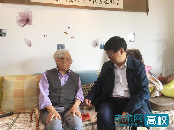 贵州财经大学党委书记慰问90岁高龄老院长潘治富