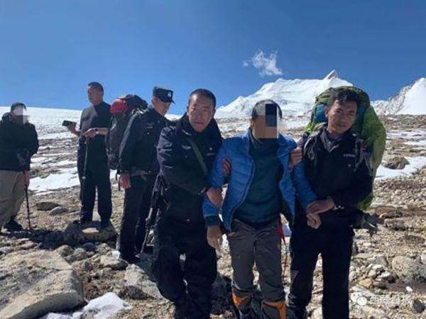三游客被困六千米山腰 西藏警方夜间徒步救出