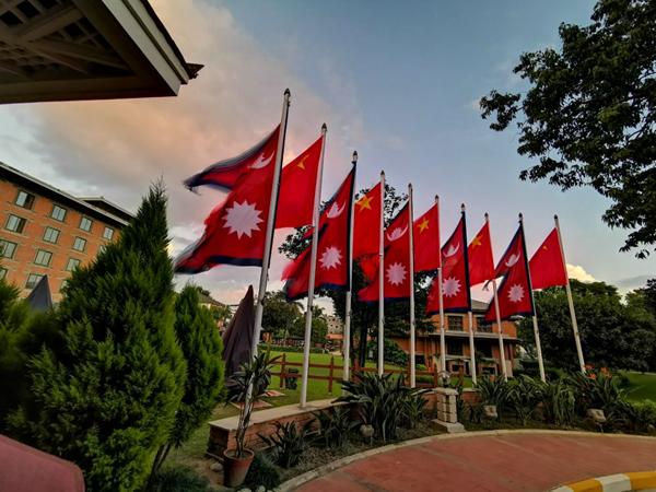 习近平主席在加德满都下榻的饭店院内飘扬着中尼两国国旗。新华社记者赖向东摄