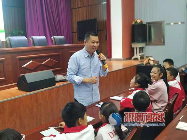 作家邓湘子特邀来隆回县东方红小学开坛讲座