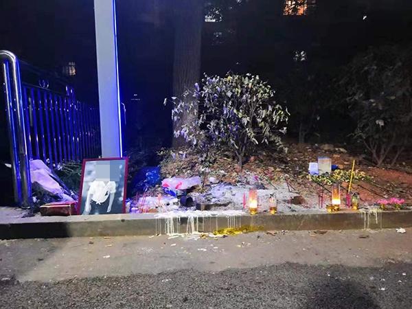 11月8日夜晚,摆放在事发地的罗坤遗像,蜡烛和鲜花。