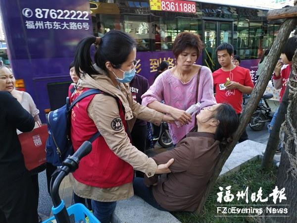福州一骑车女子意外摔倒 文明志愿者上前搀扶