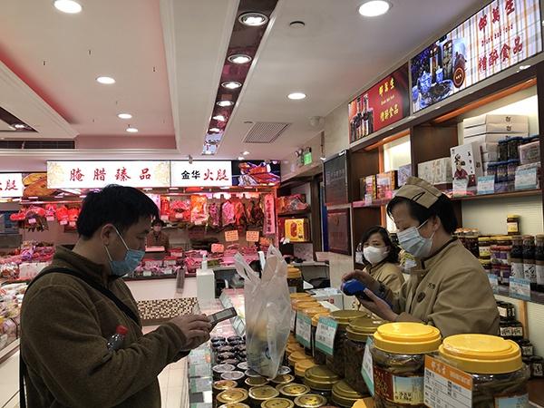 南京路步行街邵万生旗舰店,顾客购买醉泥螺。