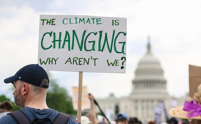 民众在华盛顿参加气候变化抗议活动。(Shutterstock)