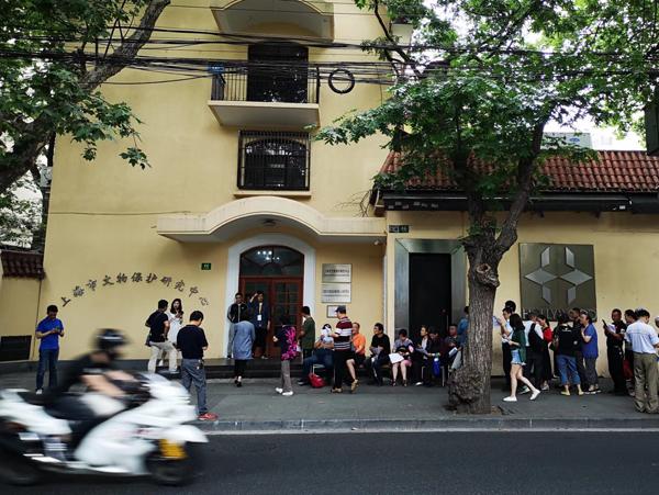 上海市文保中心门口的市民排起长队。胡巍