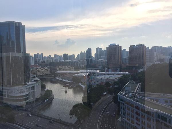 "</div> <div>  2016年,朝鲜驻新加坡大使馆由切巷60号(60 Joo Chiat Lane)的一座独栋别墅搬迁到了目前所在的这一商业中心大楼中。</div> <p>  大楼与新加坡国会隔街相望,一侧系新加坡著名的休闲娱乐场所克拉码头。</p> <p>  大楼内部的装修较为普通,一层及负一层均为零售商铺,还有一处快餐餐厅。阿格拉介绍说,这栋楼建好落成已经有一定年份,与周围其他之后落成的地产相比,租金并不算高。</p> <p>  6月8日,在经过一系列取消峰会的风波之后,美国总统特朗普宣布美朝元首峰会将在6月12日于新加坡举行。</p> <p>  作为朝鲜唯一在新加坡的外交机构,朝鲜大使馆自然成为世界各路媒体关注的对象。阿格拉表示,此前已有多国媒体来访,包括韩国媒体。</p> <p>  ""不时有韩国人来这栋建筑探访,但他们并未通过邮件提前预约,几乎都是无功而返。""他说道。</p> <p></p> <div> <div class="