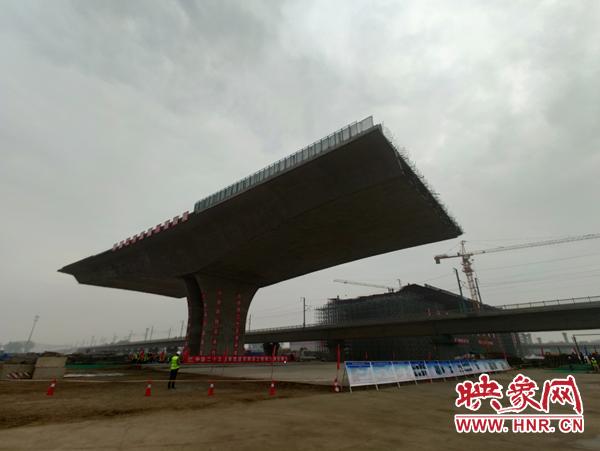 世界跨高铁整幅最宽转体桥郑州成功转体 建成后将串联起机场至高铁南站