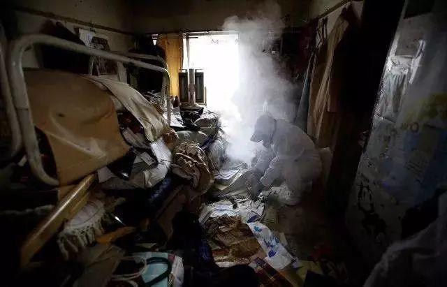 """整理士Masuda在東京的公寓裏爲""""無緣死""""老人清理房間"""