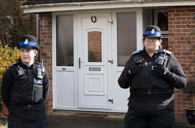 警方在斯克里帕尔及其女寓所处进行调查。