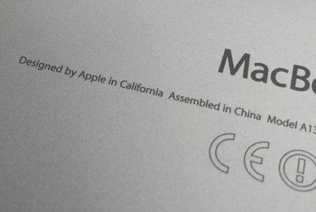 """▲苹果产品的背后写着""""加利福利亚设计,中国组装""""。"""