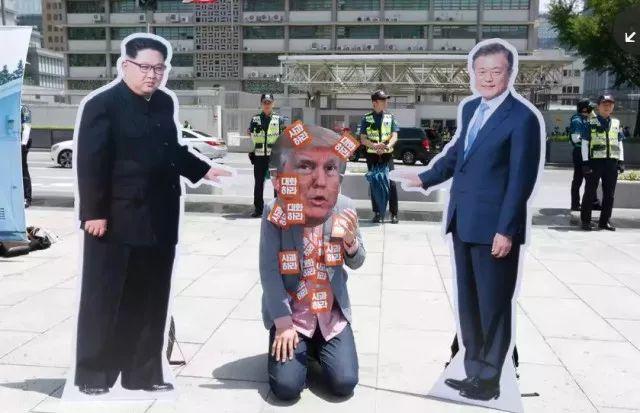 ▲图为韩国街头出现的讽刺特朗普的行为艺术)