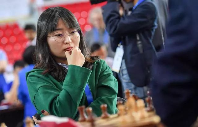 中国女队选手居文君在最后一轮比赛中思考。