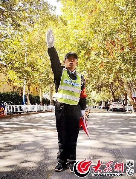 """杨哥,你好!为泰安救护车""""奔跑开道""""的保安小哥找到了!生活中他是这样的人!"""
