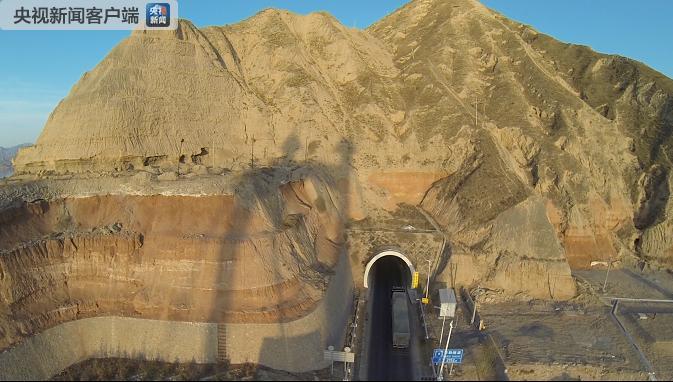 央视曝光:甘肃扶贫公路投资16亿 刷层涂料就算整改