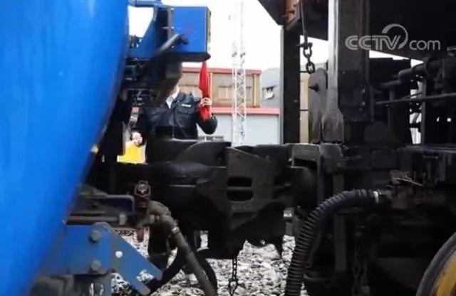 ▲列车自动车钩联挂(央视新闻报道截图)
