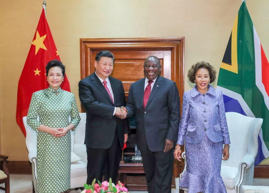 7月24日,国家主席习近平在比勒陀利亚同南非总统拉马福萨举办谈判。这是谈判前,习近安然平静夫人彭丽媛同拉马福萨和夫人莫采佩合影。新华社记者谢环驰摄