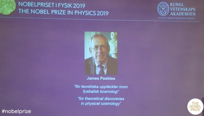 在诺奖揭晓现场,吉姆·皮布尔斯通过电话连线回答记者问题。图片来源/诺奖官网视频直播截图