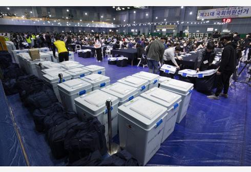 4月15日,在韩国首尔,工作人员在一处计票站内计票。 新华社 图