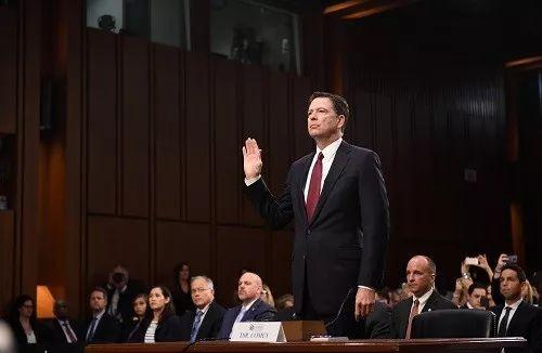 2017年6月8日,在美国华盛顿,美国联邦调查局(FBI)前局长詹姆斯・科米(前)在国会参议院出席听证会前宣誓。 新华社记者 殷博古 摄