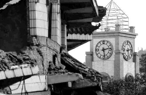 ▲德阳市汉旺镇汉旺广场上的一座大钟将时间永远定格在地震发生的那一刻。