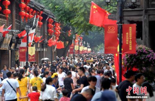 10月4日,福州三坊七巷游人如织。张斌 摄