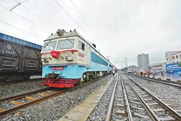 宜宾-钦州集装箱铁路班列首发!