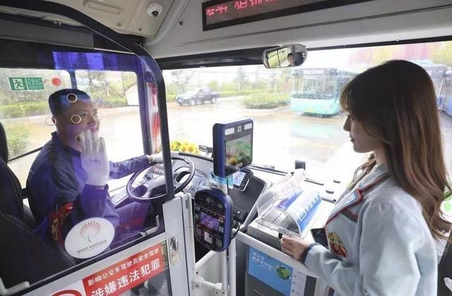 董明珠首量5G公交车亮相!简直是巨无霸Plus版