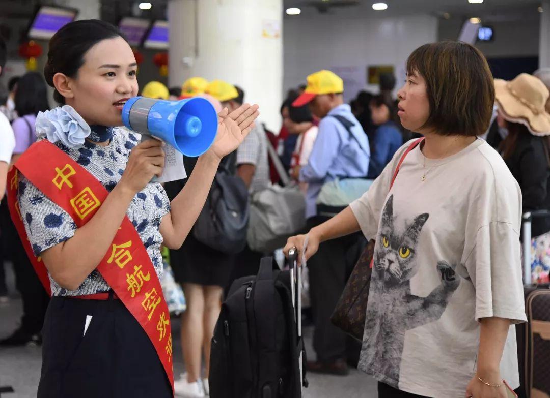 9月25日,北京北苑机场事情职员正在指导游客。新华社收(任超摄)
